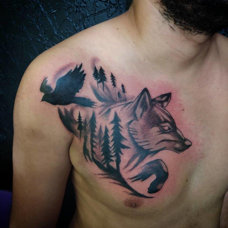 Волк в прыжке на груди