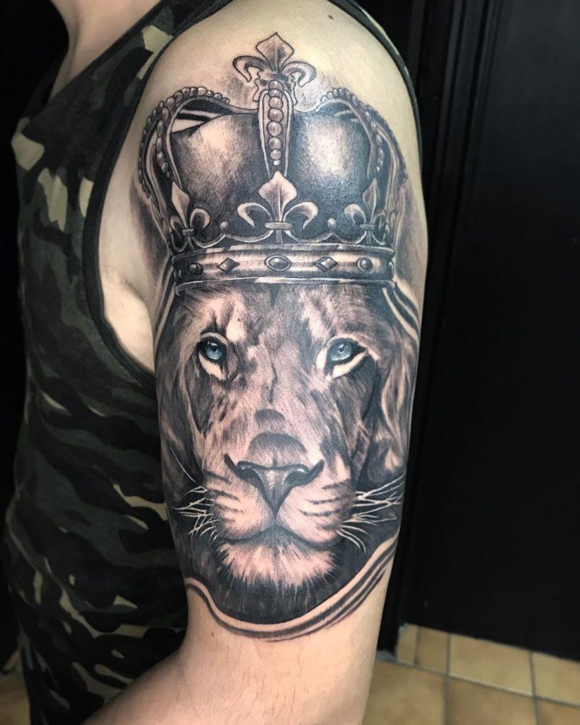 Лев с короной на голове