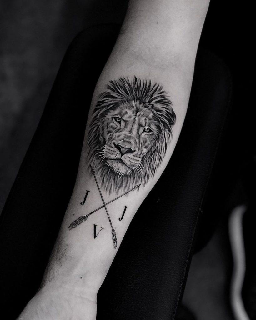 львиная голова со стрелами на руке