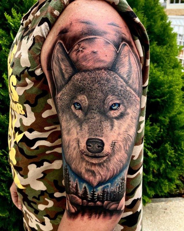 Волк в лесном пейзаже на плече