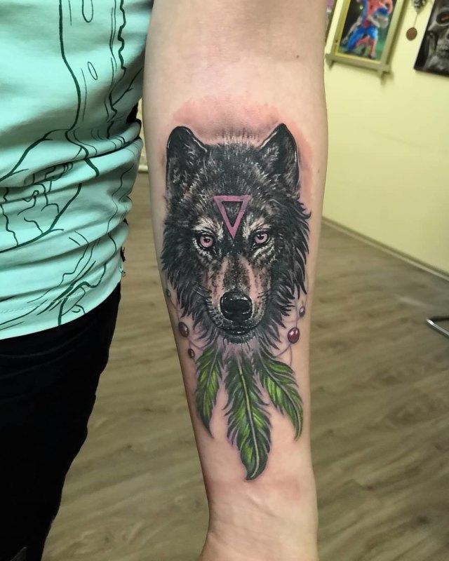 Волк с треугольником и перьями