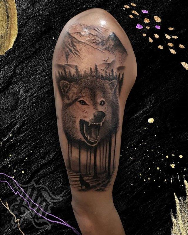 Волк с открытой пастью в лесу