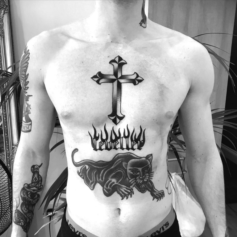 Тату крест на мужской груди