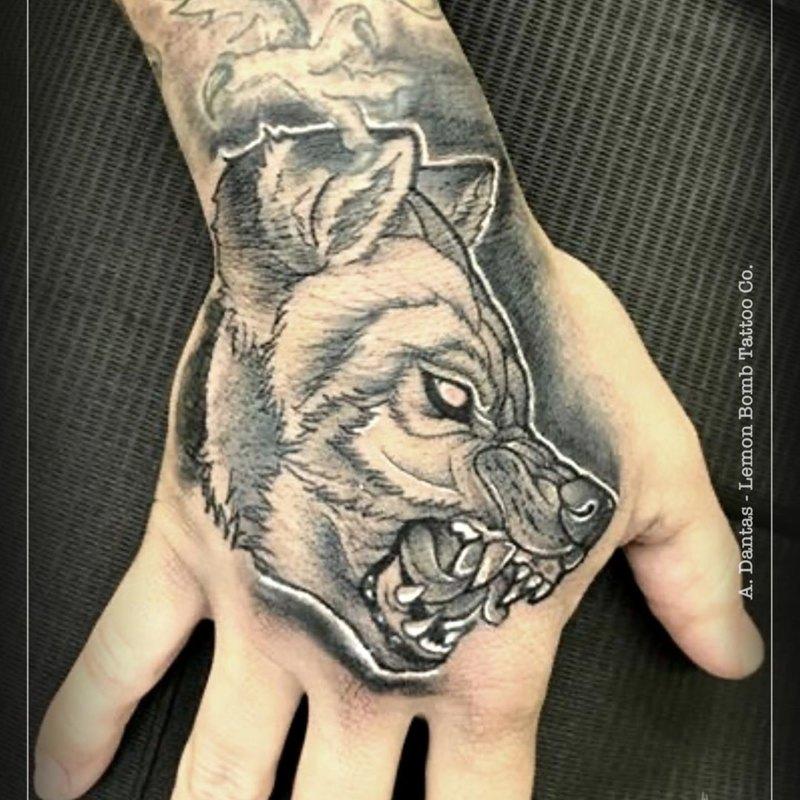 оскаленный волк на кулаке
