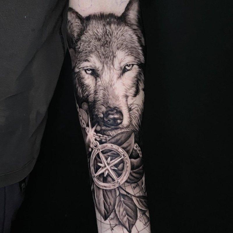Волк с компасом в листьях