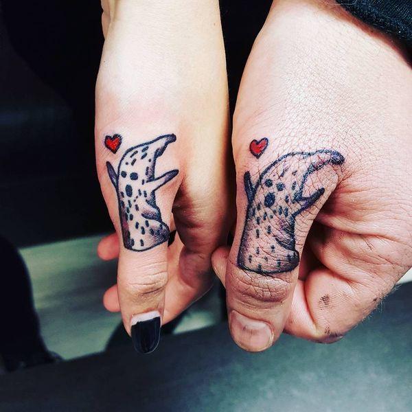 Необычные татуировки большого пальца с привидениями и сердцами
