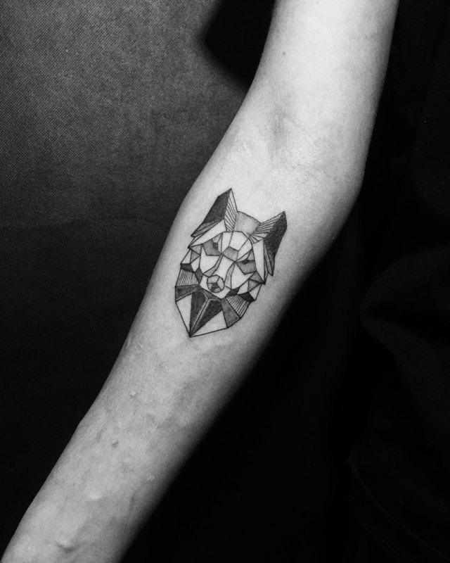 татуировка Волк в графическом стиле