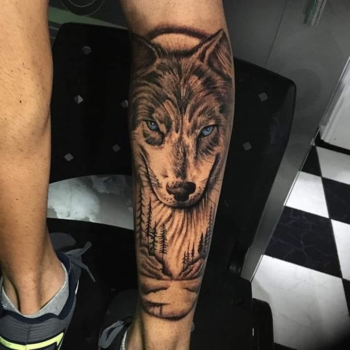 Волк с голубыми глазами на ноге