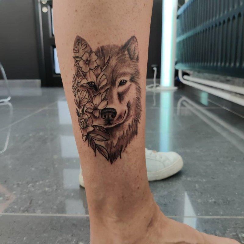 Волк наполовину в цветах на ноге