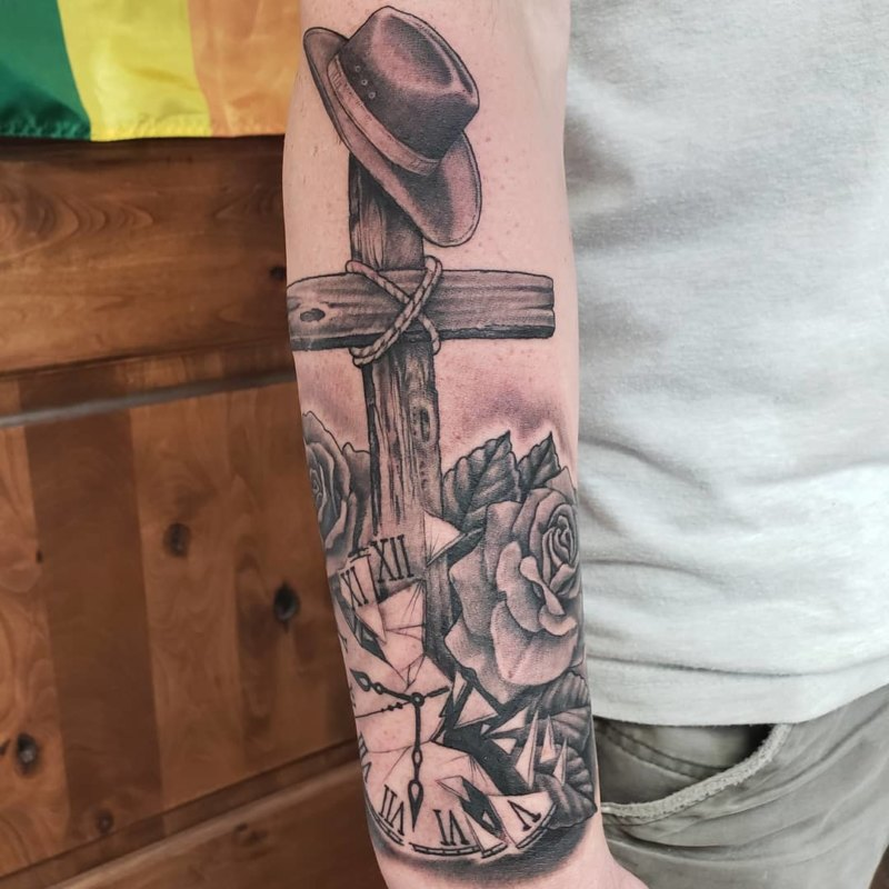 Крест в шляпе с розами и часами