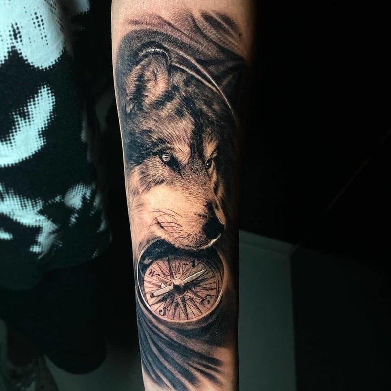 татуировка волк с компасом