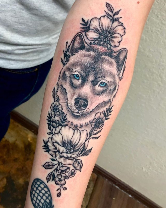 Волчица цветах