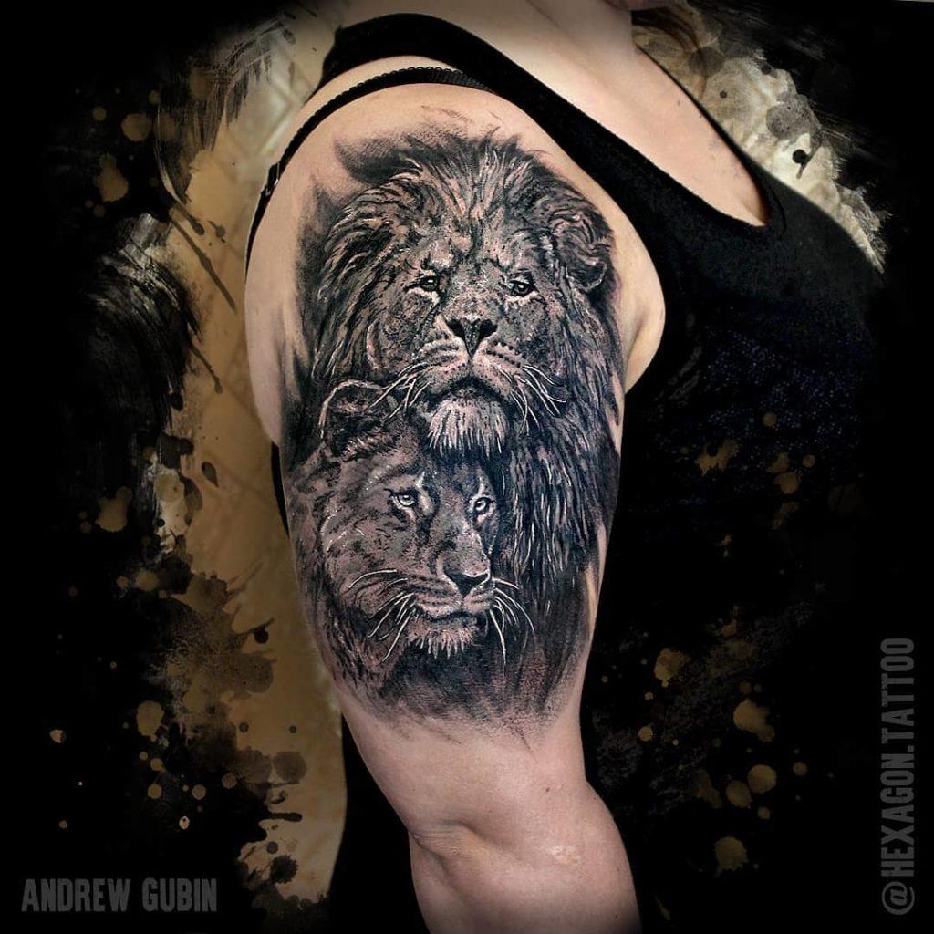 Лев и львица на плече