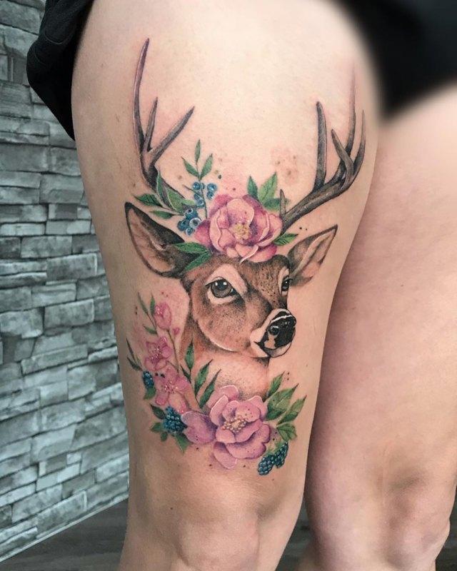 Яркая татуировка оленя в цветах