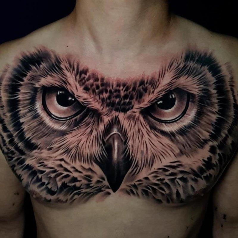 Большие глаза совы на груди у мужчины