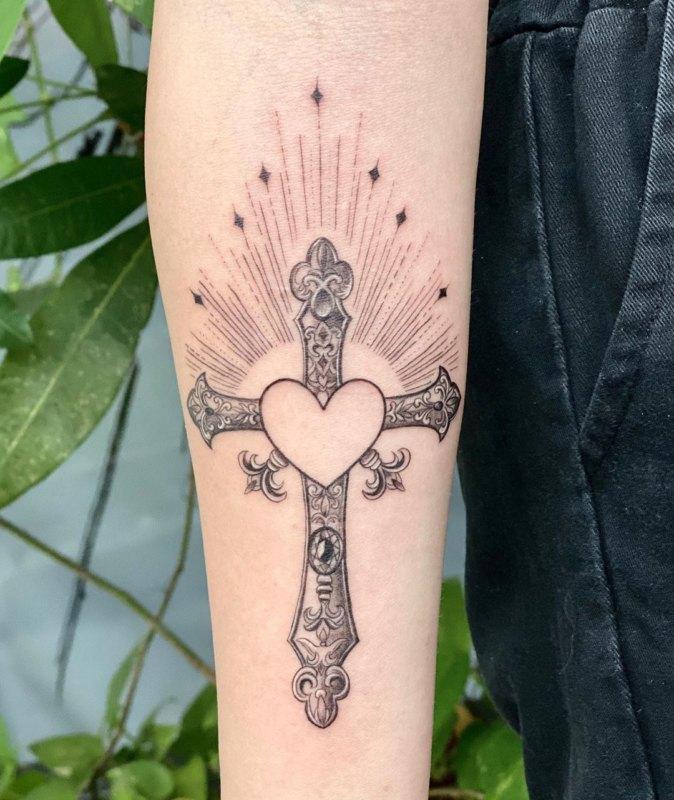 Крест с сердцем внутри