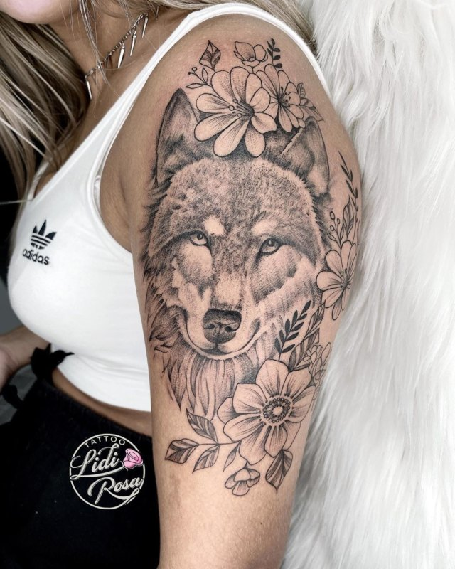 волк в цветах у девушки на плече