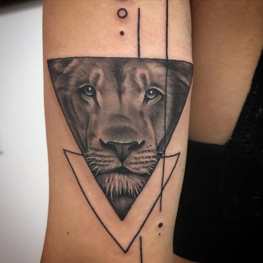 Лев в треугольнике с линиями и точками