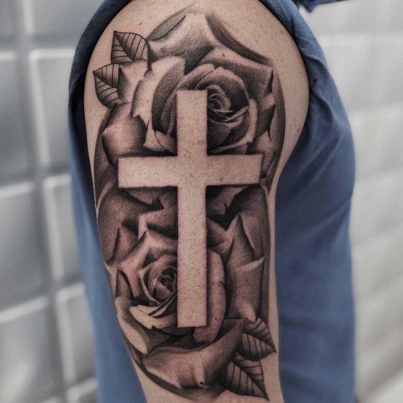 Тату крест в розах на плече
