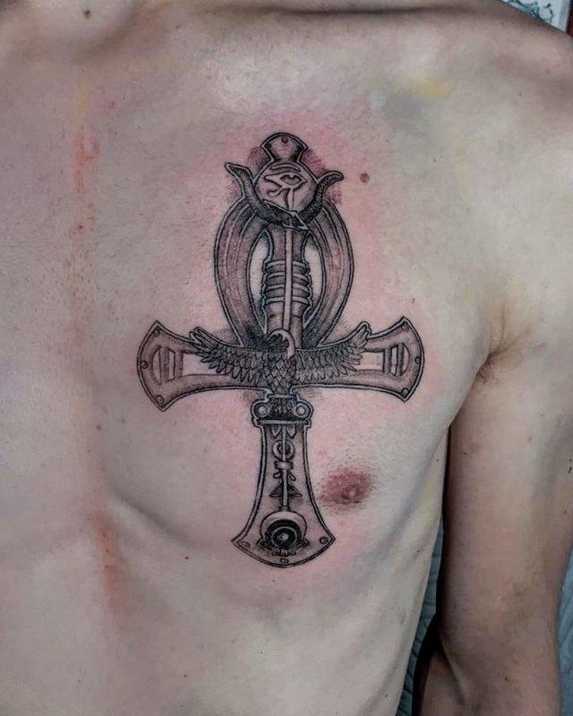 Египетский крест на левой груди парня