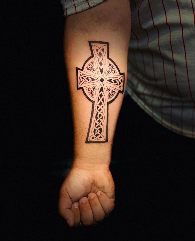Кельтский крест на предплечье