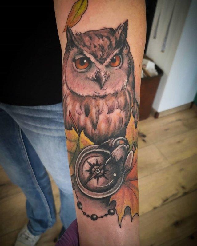 татуировка совы с компасом