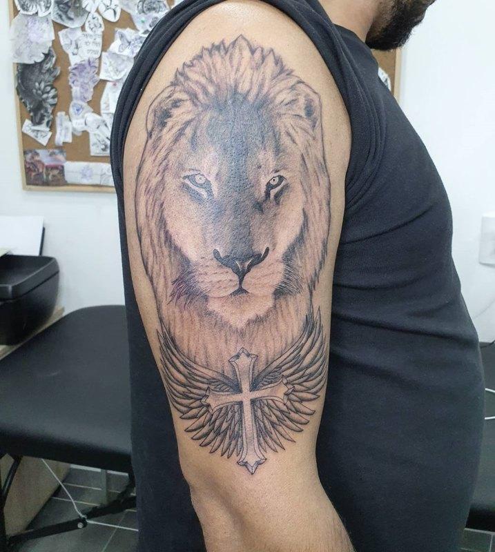 Лев с крестом