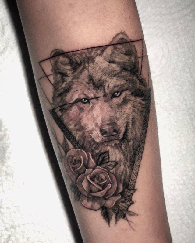 Волк с розами в треугольнике