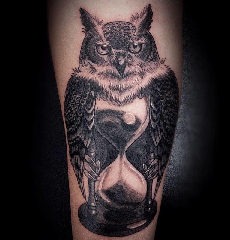 татуировка совы с часами