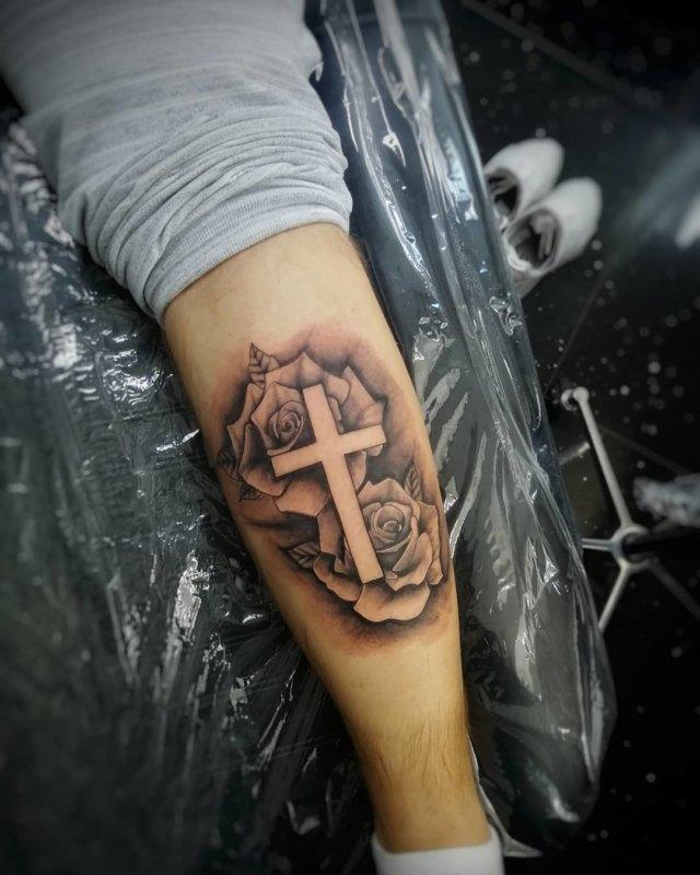 Крест с розами на ноге