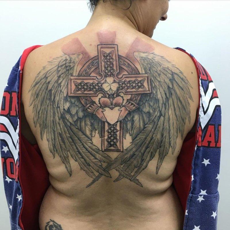 Крест с крыльями, клевером м сердцем на спине
