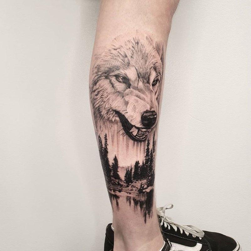 тату рычащий волк на ноге