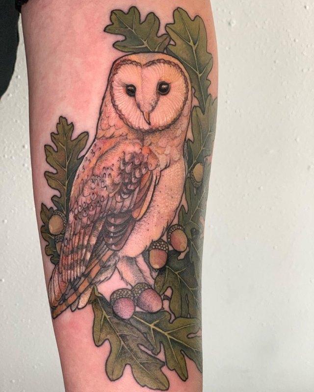 татуировка сова в листья с желудями