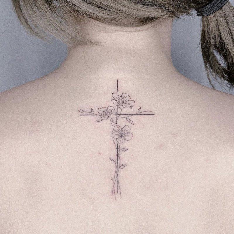 Цветочный крест на спине девушки