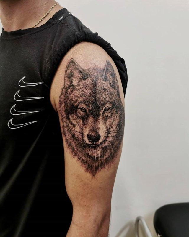 морда волка на плече