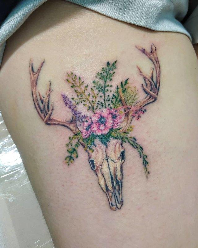 Тату череп оленя с рогами в цветах