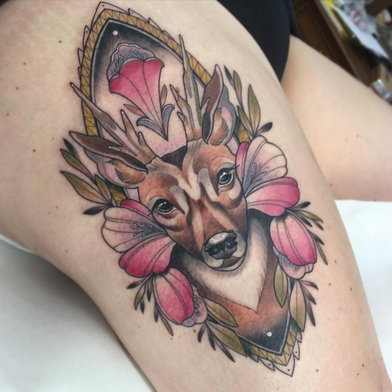 Цветное тату оленя на ляшке