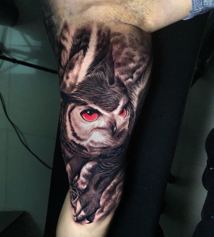 сова с красными глазами на икре