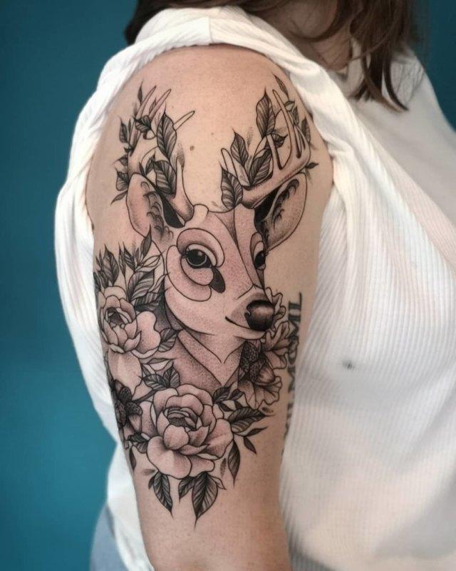 Тату оленя в цветах на плече