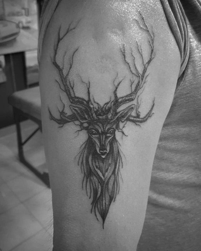Мрачное тату оленя на плече