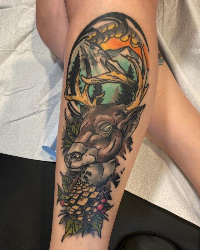 яркая татуировка оленя с шишками на ноге