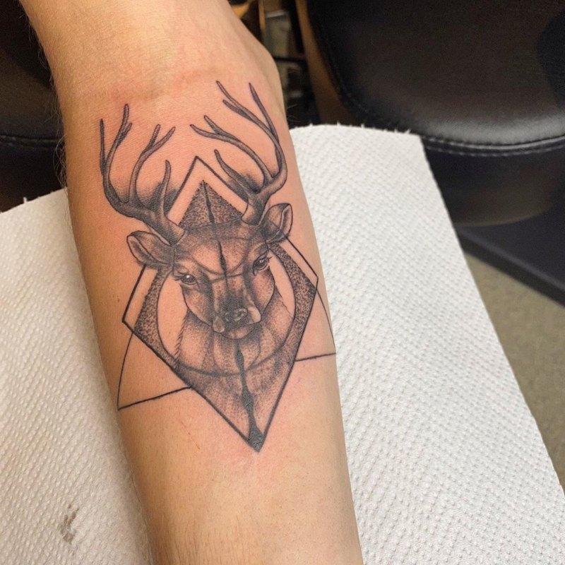 Татуировка оленя в треугольнике, круге и ромбе