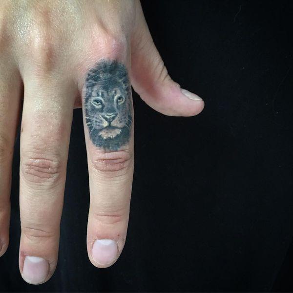 Потрясающая реалистичная татуировка льва на пальце