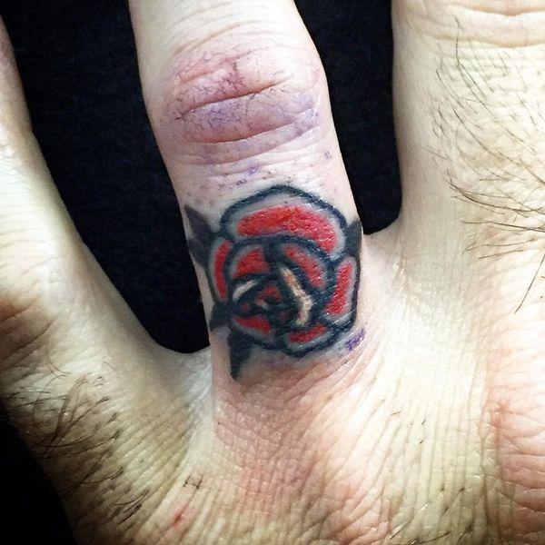 Черно-красная роза на безымянном пальце