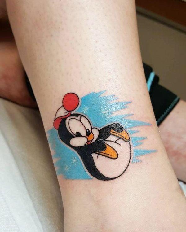 Татуировки мультяшных пингвинов на лодыжке