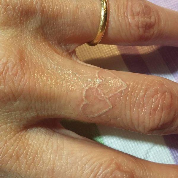 Тату обручальное кольцо с белыми чернилами сердца
