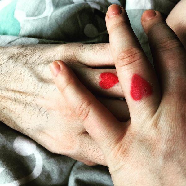Идея свадебной татуировки в виде красных чернил на безымянных пальцах