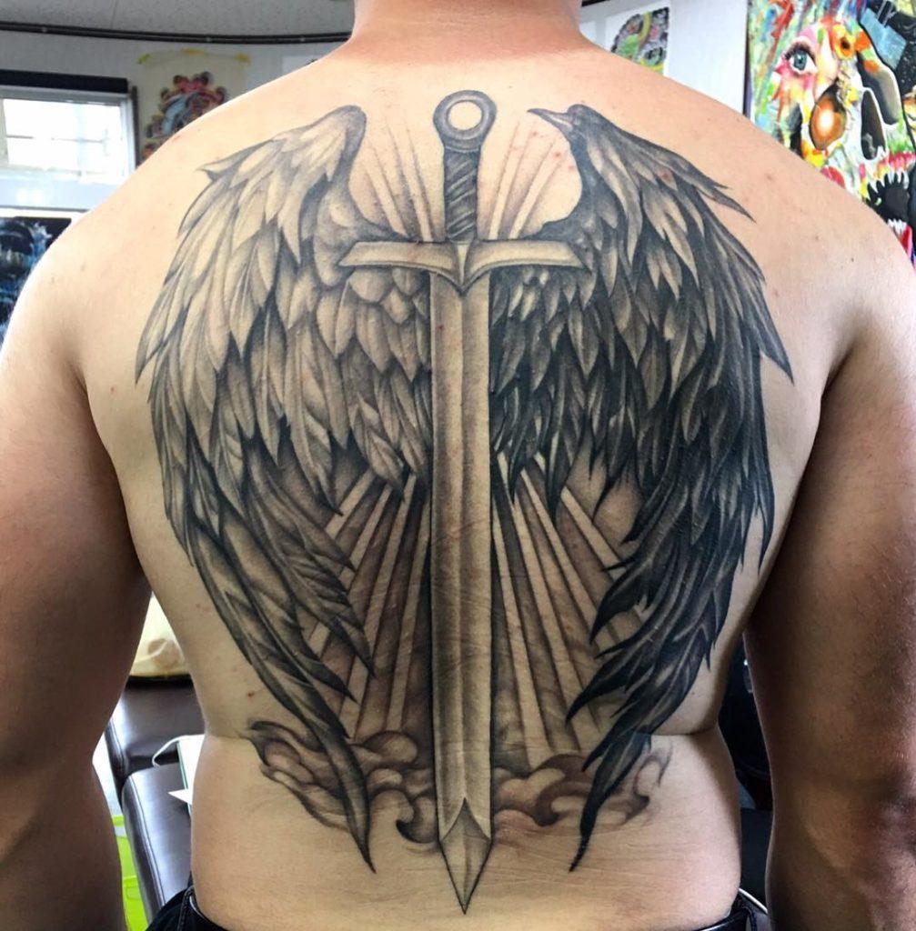 меч с черным и белым крылом на всю спину