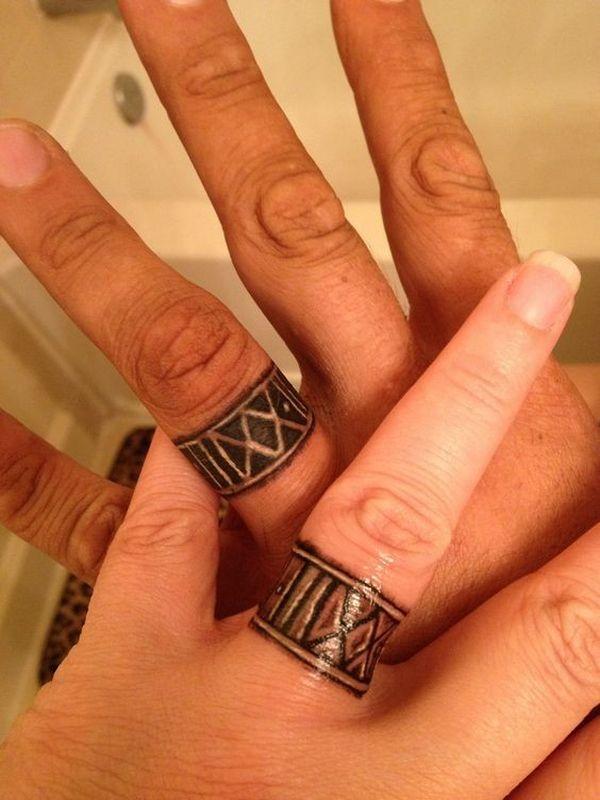 Красивая татуировка обручальное кольцо в племенном стиле с римскими цифрами