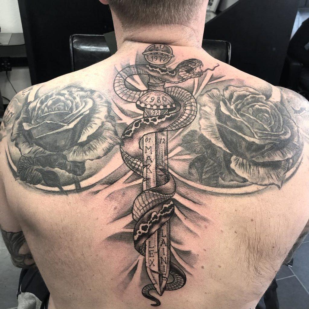 тату меч на спине с надписями обвивающаяся змея